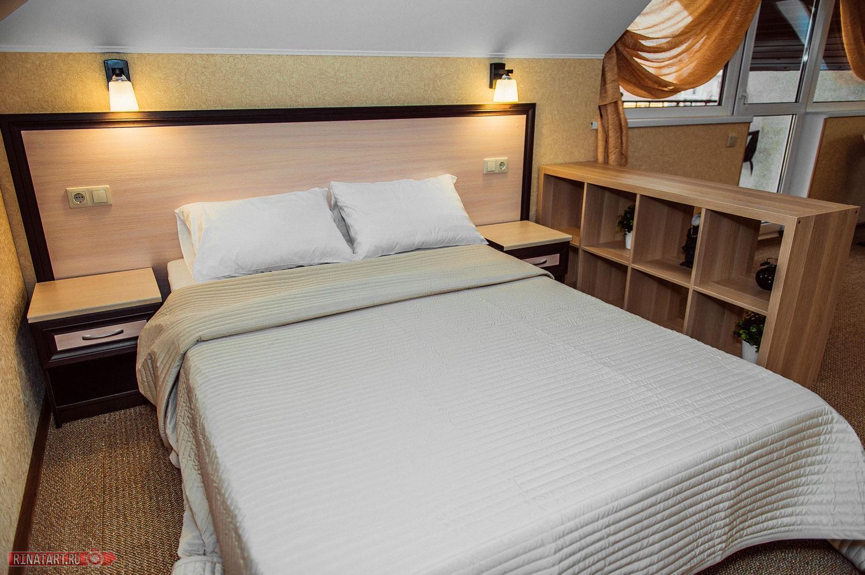 Фото большой кровати в отеле