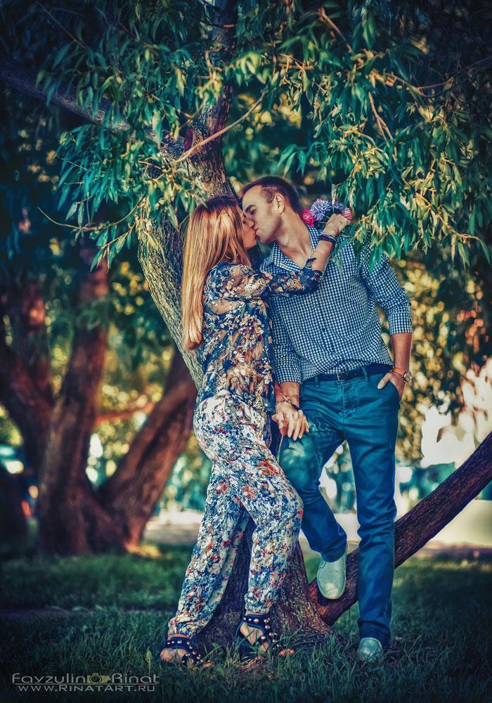 любовная пара на прогулке осенью