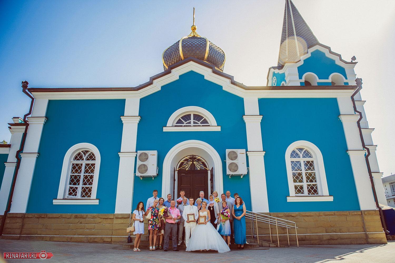 фото свадьбы возле церкви