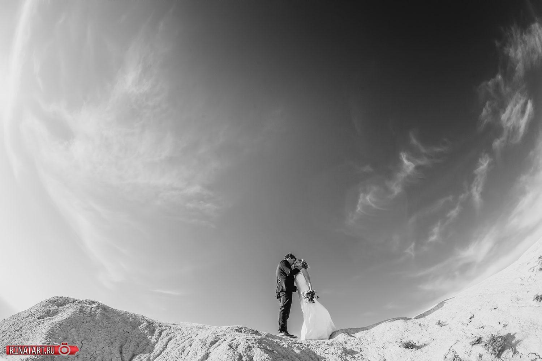 Жених и невеста в красивом месте Анапы