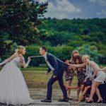 Развлечение гостей во время фотосессии свадьбы