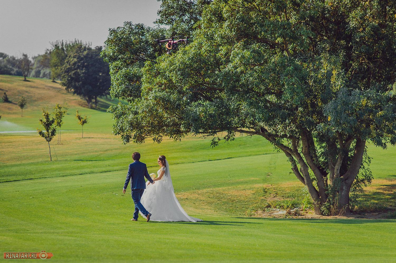 прогулки пары в гольф клубе