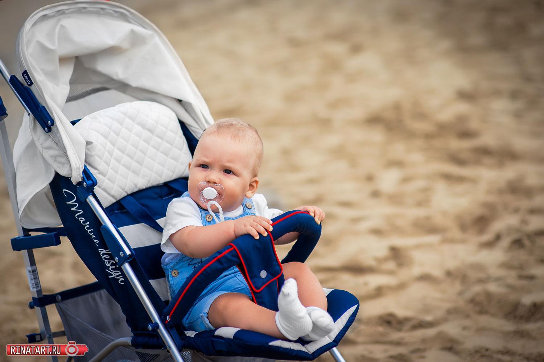 маленький ребенок в каляске